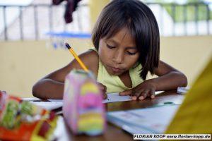 """Kinder des von Pfarrer Xavier Arbex gegründeten Kinderheimes """"Hogar Principito"""" (dt.: Der Kleine Prinz) werden am Nachmittag bei ihren Hausaufgaben betreut, Puerto Maldonado, Departamento Madre de Dios, Peru; Foto: Florian Kopp"""