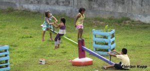 """Kinder des Heimes """"Hogar Principito"""" (dt.: Der Kleine Prinz) spielen auf Spielgeräten, die Pfarrer Xavier Arbex nach einem schweizer Vorbild nachbauen ließ, Puerto Maldonado, Departamento Madre de Dios, Peru; Foto: Florian Kopp"""
